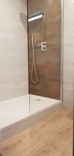 Aigue-Marine-salle-de-bain-douche-beige
