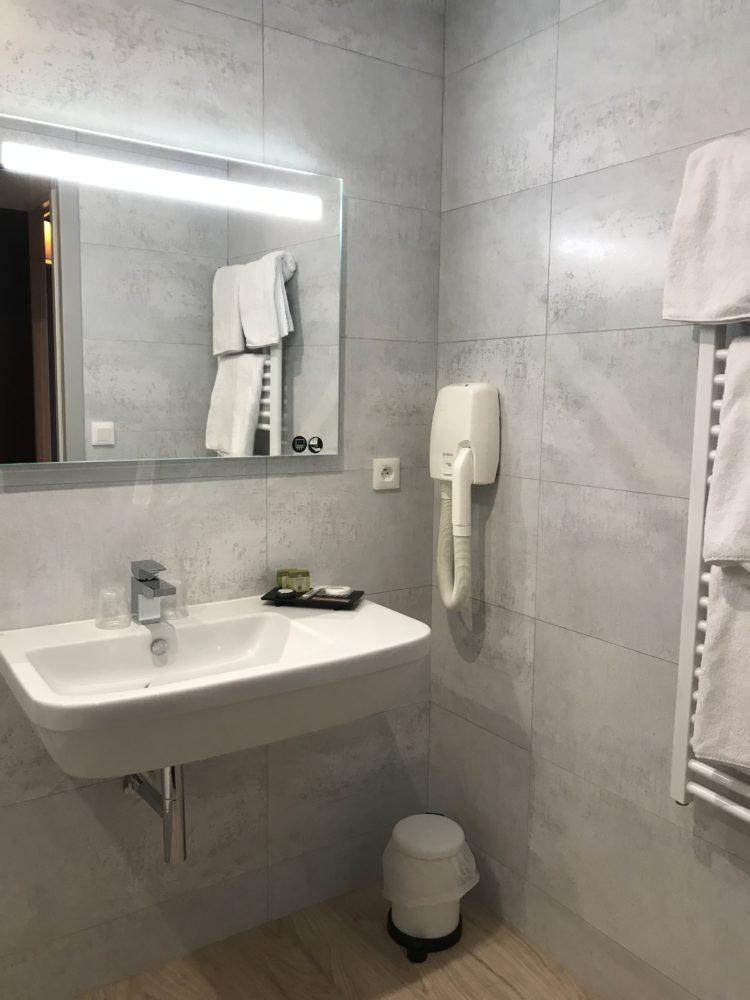 Aigue-Marine-salle-de-bain-lavabo-sèche-serviette