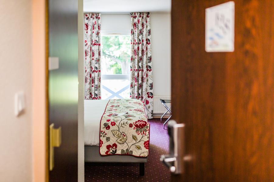 Hotel-Aigue-marine-2019-CONFORT-Grand-lit-Porte-entrouverte-Minis-231