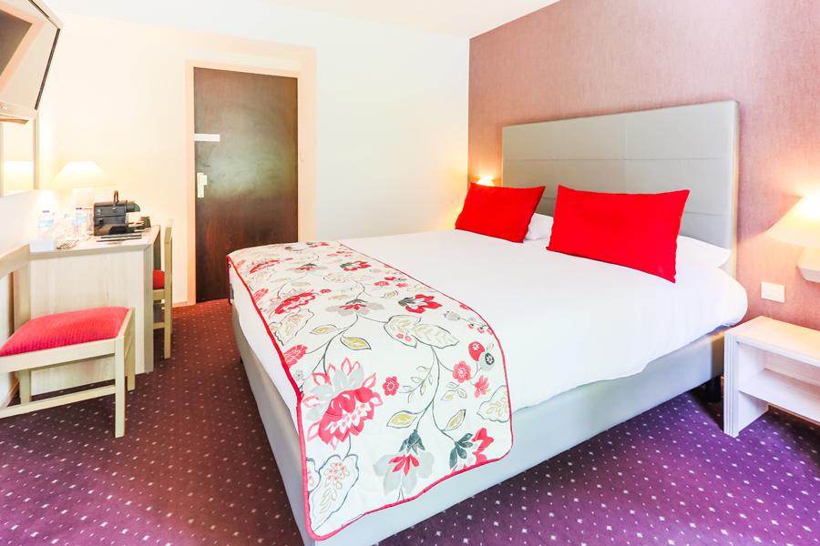Hotel-Aigue-marine-2019-CONFORT-Grand-lit-bureau-Minis-229