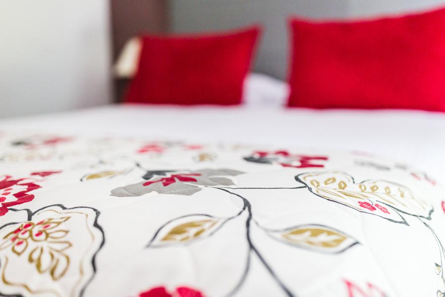 Hotel-Aigue-marine-2019-CONFORT-gros-plan-de-biais-Lit-Dessus-lit-Coussins-Minis-228