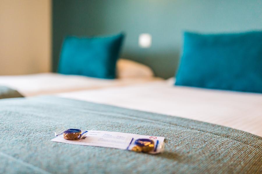 Hotel-Aigue-marine-2019-Détail-Lits-jumeaux-Carte-femme-de-chambre-Minis-278