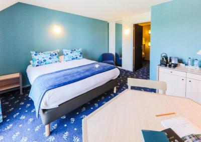 Hotel-Aigue-marine-2019-FAMILIALE-Grand-lit-Espace-séjour-Commode-Lits-superposés-cabine-Minis-245-400x284
