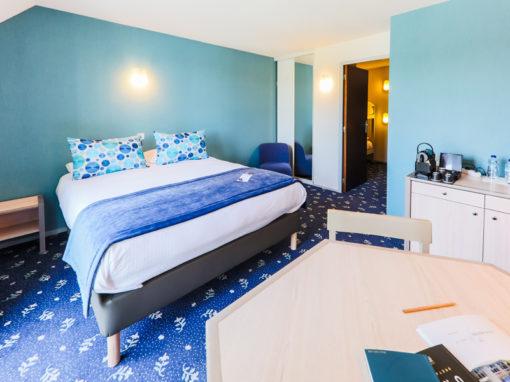 Hotel-Aigue-marine-2019-FAMILIALE-Grand-lit-Espace-séjour-Commode-Lits-superposés-cabine-Minis-245-510x382