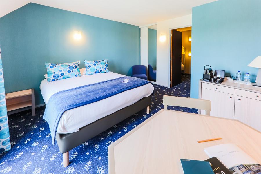 Hotel-Aigue-marine-2019-FAMILIALE-Grand-lit-Espace-séjour-Commode-Lits-superposés-cabine-Minis-245