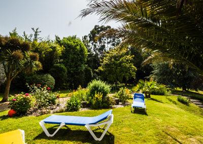 Hotel-Aigue-marine-2019-Jardin-Transats-Carré-potager-Vue-vers-le-fond-Portrait-Minis-313-400x284