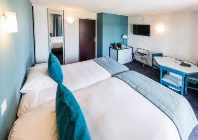 Hotel-Aigue-marine-2019-SUPERIEURE-Lits-jumeaux-Espace-séjour-Porte-bagages-Commode-TV-Armoire-Minis-272-400x284