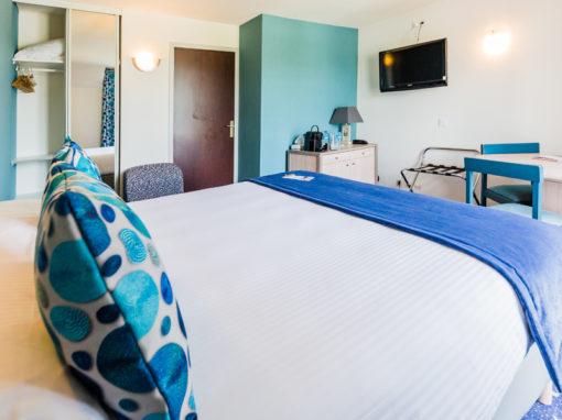 Hotel-Aigue-marine-2019-SUPERIEURE-TRIPLE-Lit-Queen-size-Espace-séjour-Commode-TV-Penderie-Accès-entrée-Minis-291-510x382