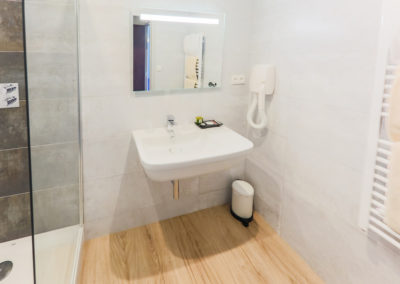 Hotel-Aigue-marine-2019-Salle-de-bain-Douche-à-litalienne-Lavabo-Miroir-Sèche-cheveux-Sèche-serviettes-Minis-251-400x284