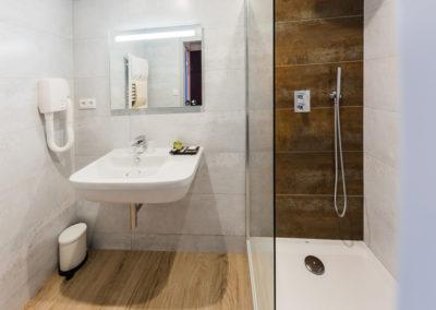 Hotel-Aigue-marine-2019-Salle-de-bain-Sèche-Cheveux-Lavabo-Miroir-Douche-à-litalienne-Minis-265-400x284