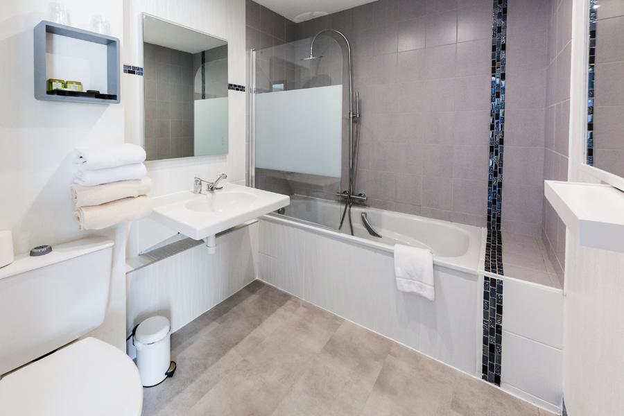 Hotel-Aigue-marine-2019-TRIPLE-Salle-de-bain-Baignoire-Minis-257
